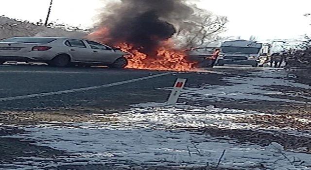 Kaza sonucu alev alan otomobil patladı