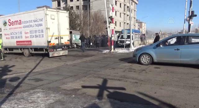 Kars'ta hemzemin geçitte iki kamyonetin çarpışması sonucu 1 kişi yaralandı