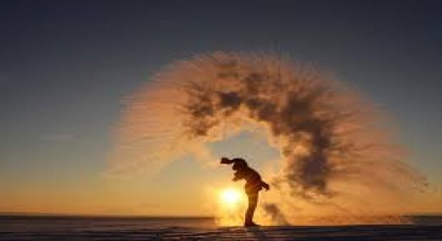 Sibirya'yı aratmayan Sarıkamış'ta, havaya serpilen kaynar su anında dondu