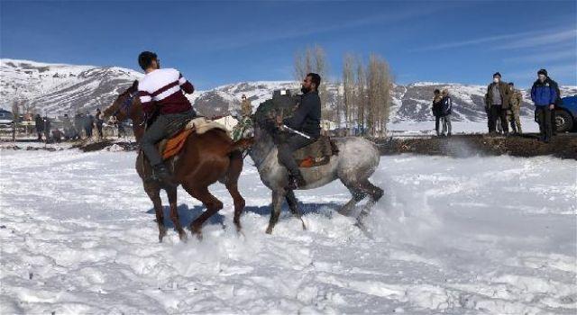 Kars'ta, karüzerindecirit şov