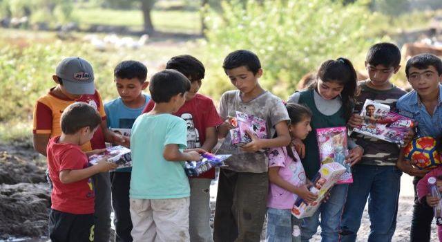 Gönüllüler Kars'taki sel bölgesindeki çocukların yüzünü oyuncaklarla güldürdü