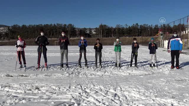 Kar yağışını fırsat bilen kayaklı koşucular antrenman için sahaya indi