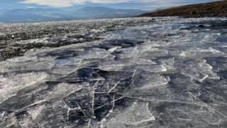 Çıldır Gölü'nün yüzeyini kaplayan buzlar rüzgarla parçalanıp sahile vurdu