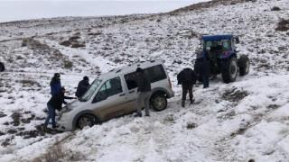 kayan araç, traktör ile kurta kayan araç, traktör ile kurtarıldırıldı