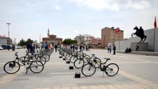Kars Sarıkamış ilçesindeki etkin 39 ortaokul öğrencisine bisiklet hediye edildi.